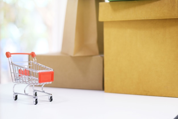 ボックスの横にある小さなショッピングカート