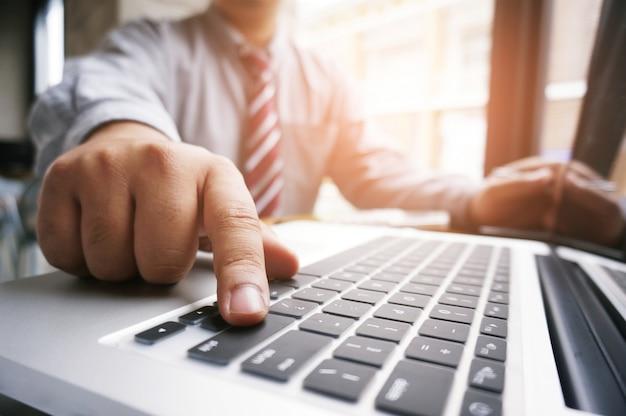 Руки деловых людей, набрав на клавиатуре, в чате в интернете.