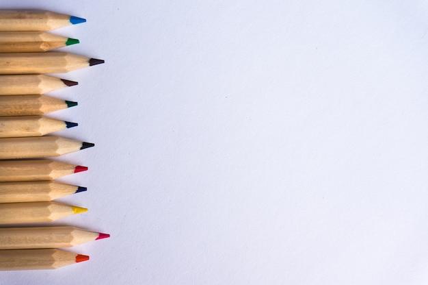 白い紙の背景に色鉛筆。コピースペース