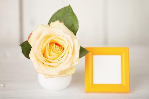 花瓶とフォトフレームのバラ