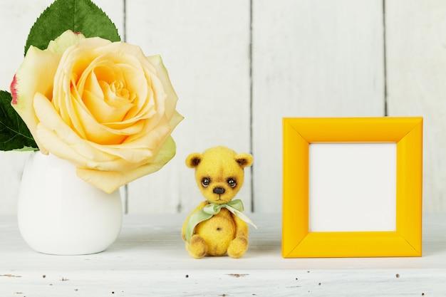 Плюшевый мишка, макет рамы, роза в вазе