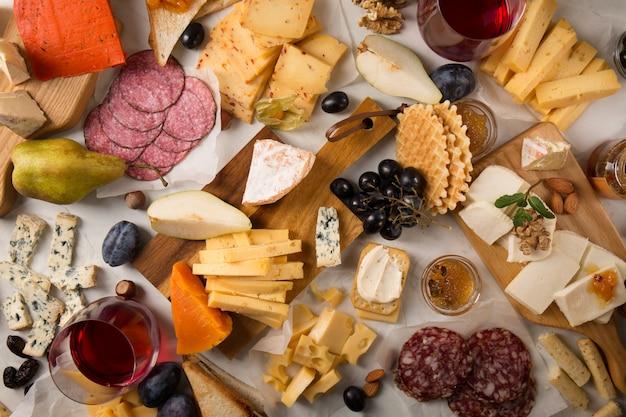 チーズ、ソーセージ、フルーツの盛り合わせ