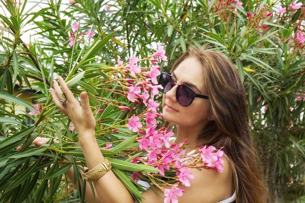 Цветы олеандра в саду