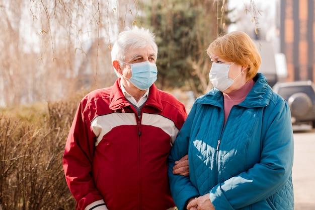 Пожилая пара людей