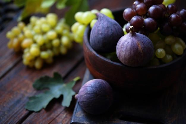 Инжир и виноград, натюрморт