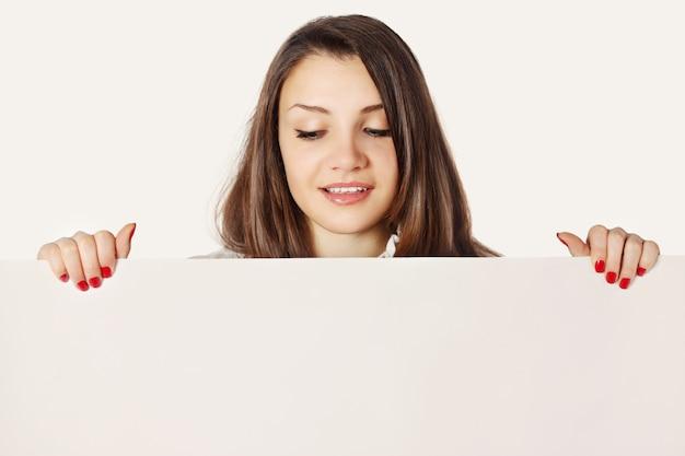 Женщины держат лист бумаги