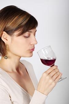 ワインの試飲をする女性