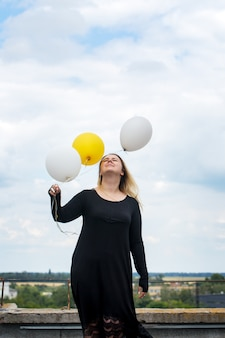 風船で陽気な女性