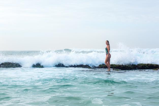 サンゴ礁に立っている女の子