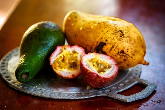 Экзотические фрукты на плате, крупный план
