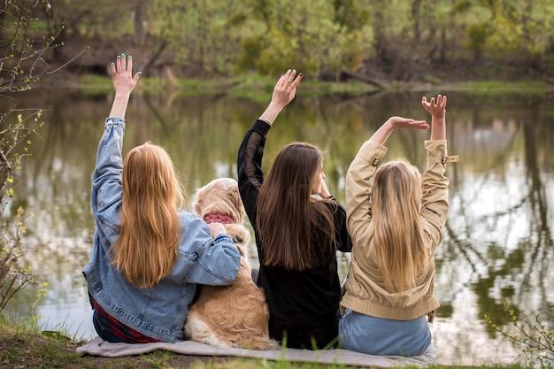 Девушки машут руками