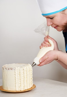 女性がケーキを飾る