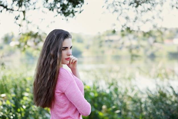 川の土手に憧れる少女