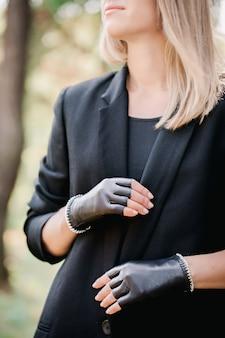 Черные перчатки с обрезанными пальцами