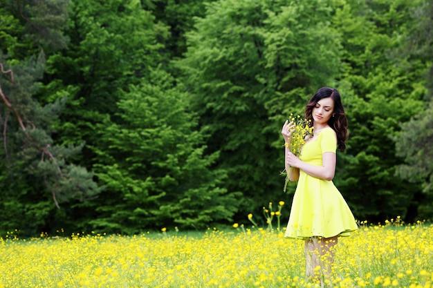 Девушка с букетом лютиков