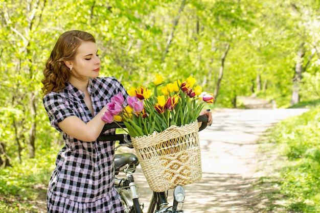 花束を見て女性
