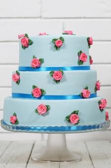 Голубой трехъярусный торт