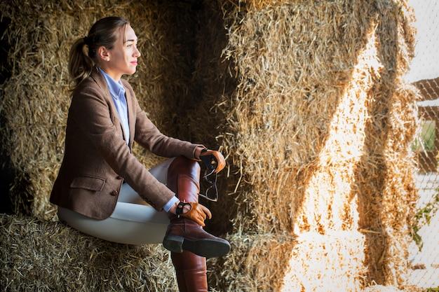 干し草の納屋に座っている女性