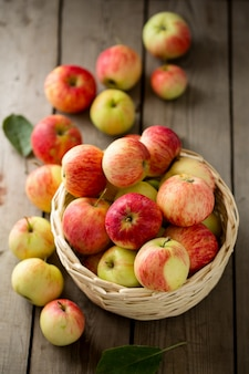 かごの中の熟したリンゴ