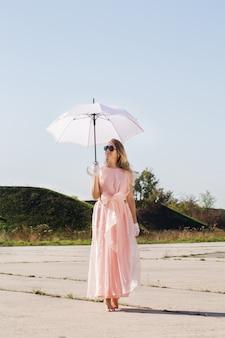 傘の下の女性