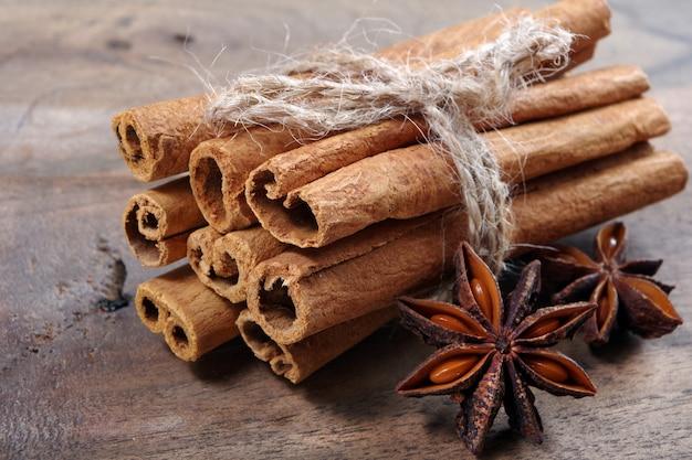 Традиционные специи для глинтвейна. палочки корицы и аниса звезды на деревянном столе.
