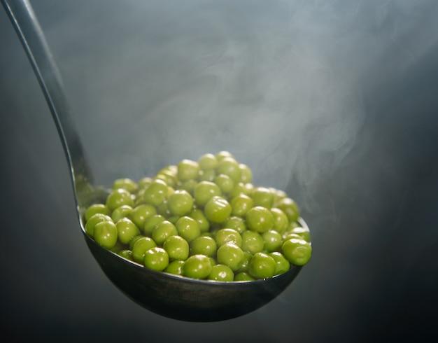 ゆで豆。蒸気でひしゃく。