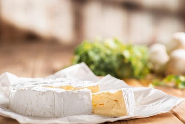 キッチンテーブルの上のカマンベールチーズ