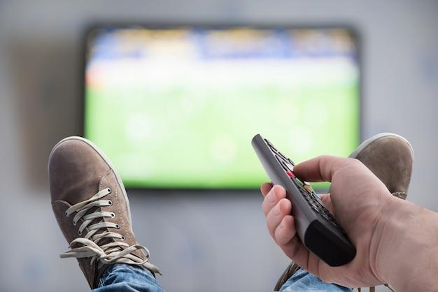 Смотрю телевизор (вид от первого лица)