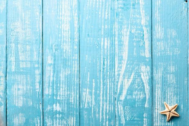 青いテーブルの上のヒトデ