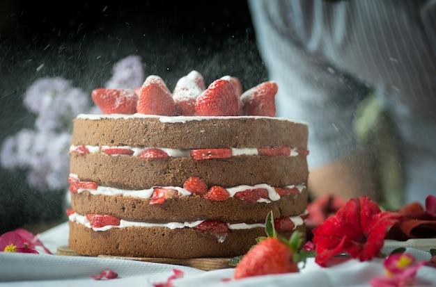 Бисквитный торт с клубникой и сахарной пудрой
