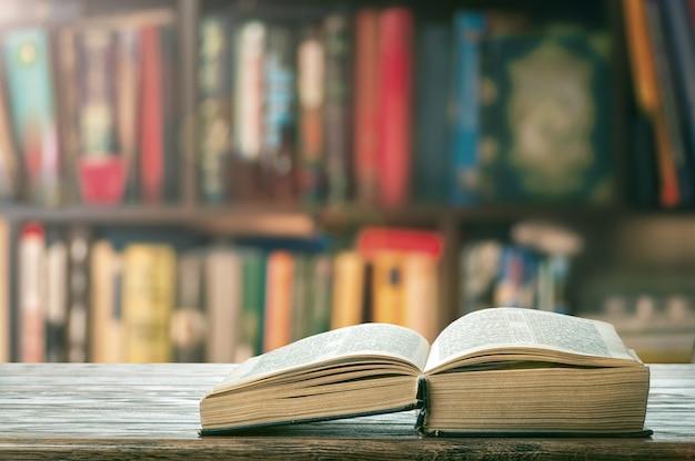 本棚に厚い本を開く