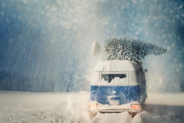 クリスマスの物語。古い車と木。サンタクロース車