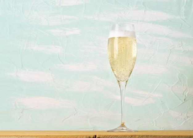 Бокал шампанского на столе
