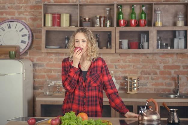 台所でリンゴを持つ少女