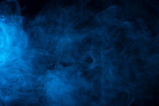 Голубая текстура дыма на черном фоне