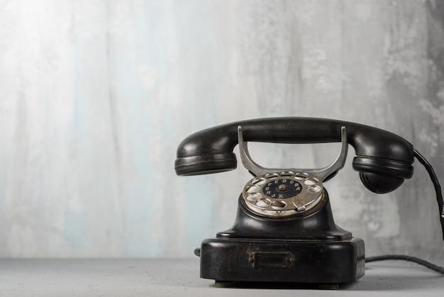 Черный ретро телефон