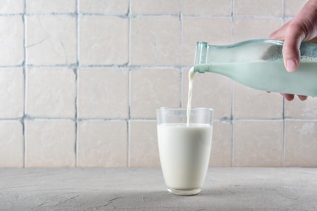 牛乳をグラスに注ぐ