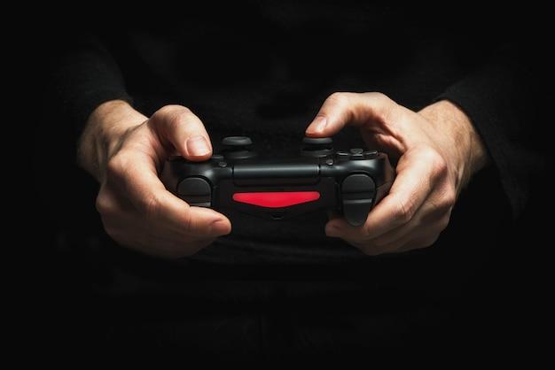 Руки с геймпадом