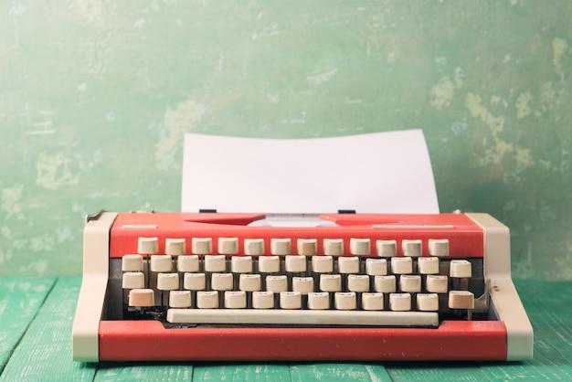 テーブルの上のタイプライター