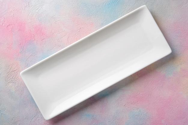 Пустая белая длинная прямоугольная тарелка
