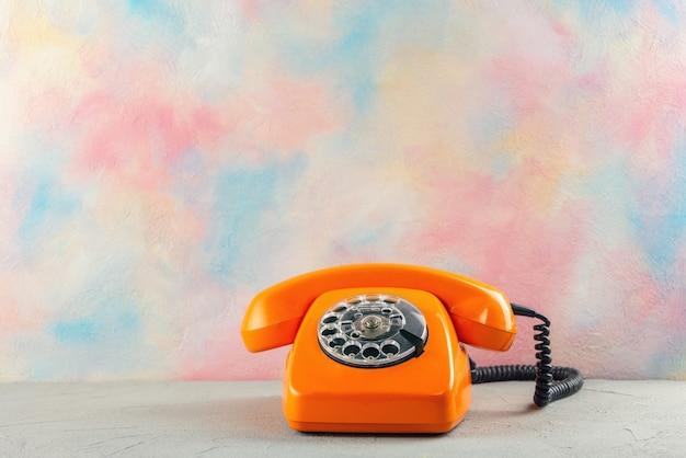 Оранжевый старинный телефон