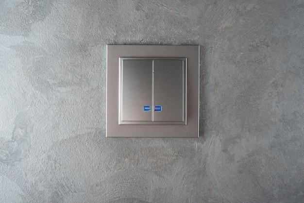 灰色の壁の灰色の光スイッチ
