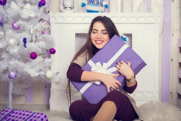 Девушка и подарочная коробка