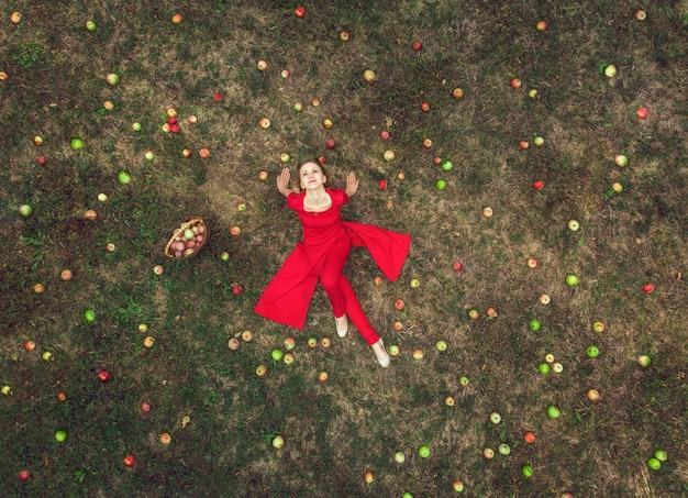 Девушка с яблоками - вид сверху