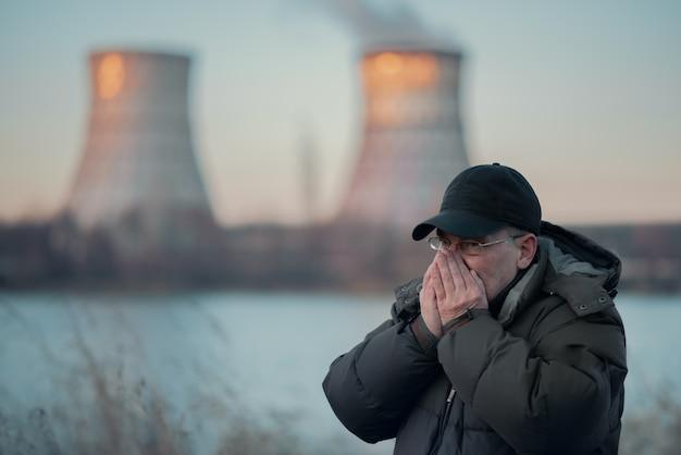 男は汚染された空気を吸います