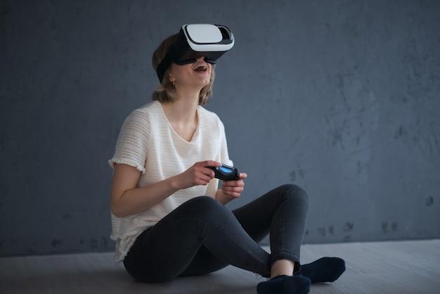 若い女の子が仮想現実でゲームをする