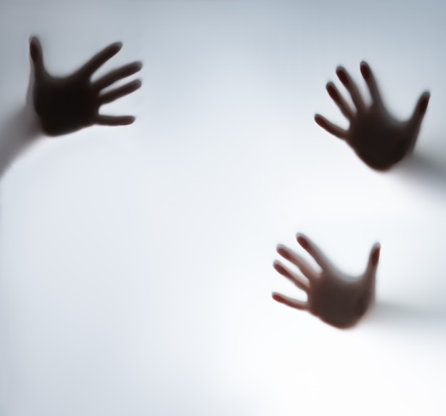 Силуэт руки за стеклом