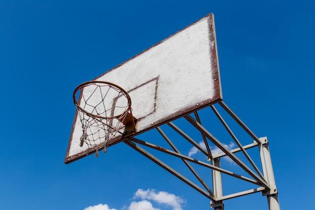 古いものとヴィンテージのバスケットボールバックボードと雲と青い空