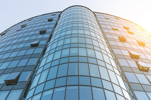 近代的なオフィスビルの外観はガラスとスチールから作られました。日光と抽象建築コンセプト