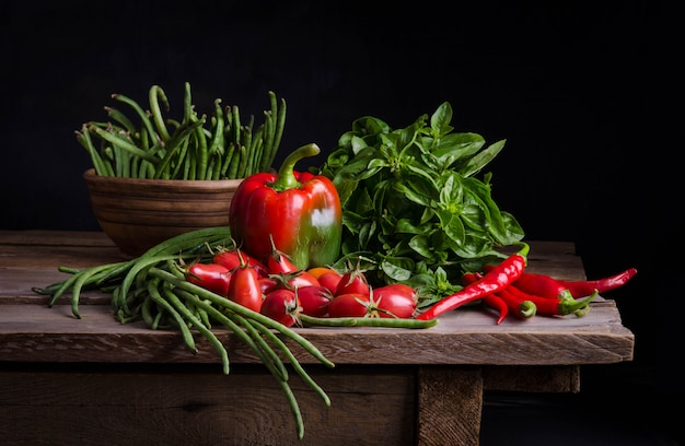素朴なテーブルで新鮮な野菜